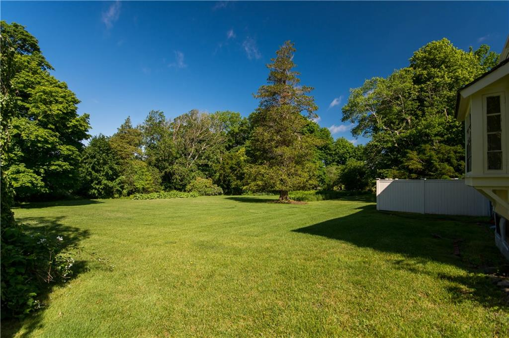 575 Nanaquaket Road, Tiverton
