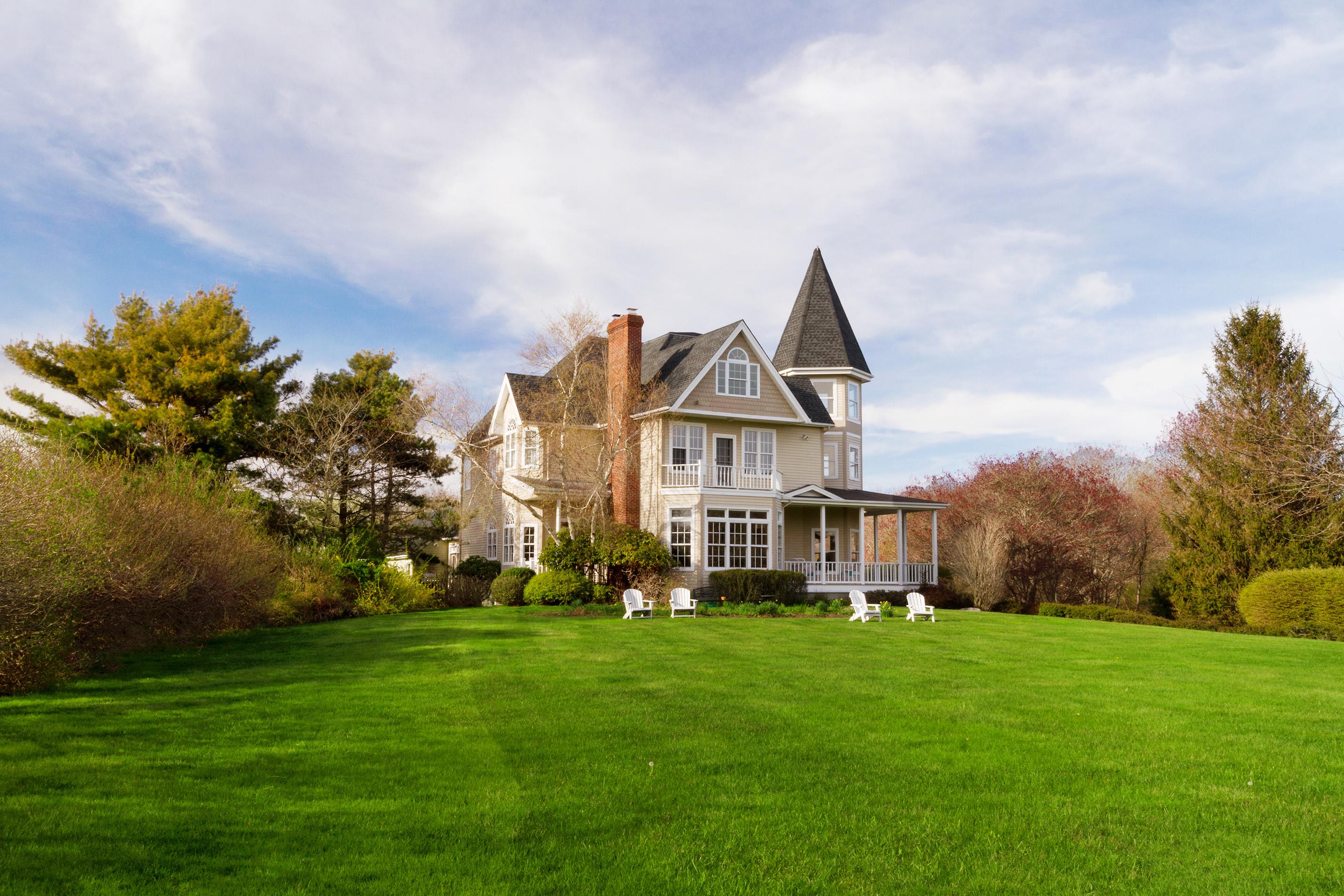 House of the Week: Narragansett Victorian has ample rooms, salt water pool